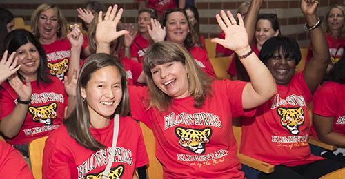 Long Reach High School教职员工在2017年开赛时兴奋不已.